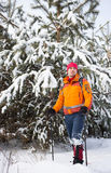 Un homme marchant dans la neige avec un sac à dos Photographie stock