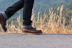 Un homme marchant sur la route Image stock