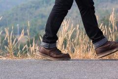 Un homme marchant sur la route Images libres de droits