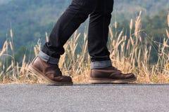 Un homme marchant sur la route Photographie stock