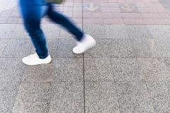 Un homme marchant sur la rue, tache floue de mouvement Photo libre de droits