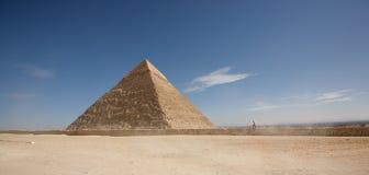 Un homme marchant vers la pyramide Photos stock