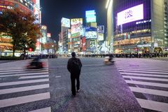 Un homme marche à travers la rue passante du croisement de Shibuya, Japon photos libres de droits