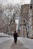 Un homme marche dans la neige, New York City Images libres de droits