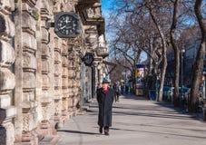 Un homme marche le long de la rue d'Andrassy à Budapest, Hongrie Images stock