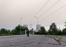 Un homme marche vers la centrale photographie stock