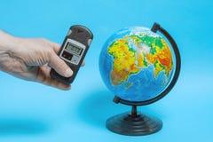 Un homme mesure le niveau du rayonnement pr?s du globe photos libres de droits