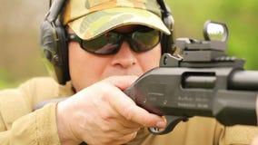 Un homme met le feu à un fusil clips vidéos