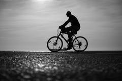 Un homme montant les bicyclettes ensemble Photographie stock