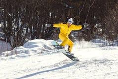 Un homme montant un surf des neiges Photographie stock libre de droits