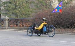 Un homme montant un tricycle dans le Central Park, New York Photos libres de droits