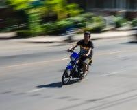 Un homme monte l'homme de motocyclette monte la motocyclette Images stock