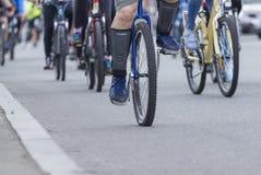 Un homme monte un monocycle Photos libres de droits