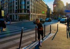 Un homme monte une planche à roulettes en bas de la rue Photographie stock libre de droits