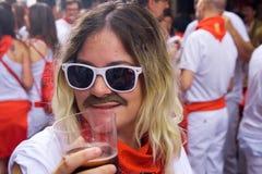 Un homme non identifié avec une glace de vin rouge Image stock