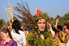 Un homme non identifié dans un costume vert fait de matériaux naturels au festival annuel, plage d'Arambol, Goa, Inde, le 5 févrie Image stock