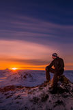 Un homme observant le coucher du soleil Photographie stock