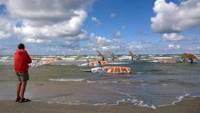 Un homme observe la concurrence sur le bord de la mer photographie stock libre de droits