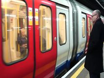 Un homme observe une station de remplissage de congé de train dans le métro de Londres banque de vidéos