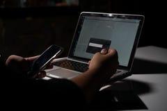 Un homme payant des achats en ligne Image stock