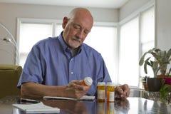 Un homme plus âgé avec des médicaments de prescription, horizontaux Images libres de droits