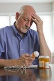 Un homme plus âgé avec des médicaments de prescription, verticaux Photographie stock libre de droits