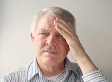 Un homme plus âgé avec douleur principale Images stock