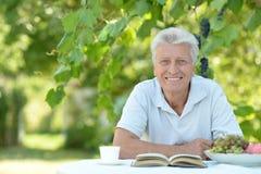 Un homme plus âgé avec le livre Photographie stock