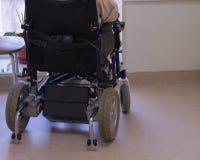 Un homme plus âgé dans un fauteuil roulant regardant la fenêtre images stock