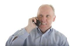 Un homme plus âgé dans la chemise bleue sur le téléphone portable Image stock