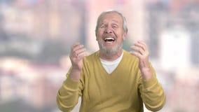 Un homme plus âgé dans le désespoir profond, fond brouillé banque de vidéos
