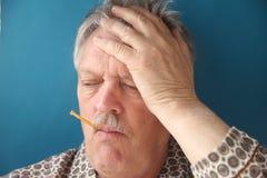 Un homme plus âgé a des sympt40mes de grippe Images libres de droits