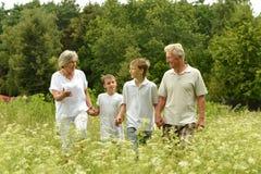 Un homme plus âgé et une femme avec leurs petits-enfants images libres de droits