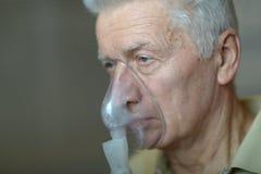 Un homme plus âgé faisant l'inhalation Images libres de droits