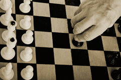 Un homme plus âgé jouant aux échecs Photos stock