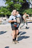 Un homme plus âgé jouant l'accordéon dehors sur le bord de mer de l'île Images libres de droits