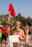 Un homme plus âgé non identifié avec le connexion ses mains au festival annuel des phénomènes, plage d'Arambol, Goa, Inde, le 5 fé Images libres de droits