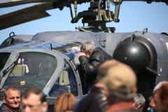 Un homme plus âgé regarde dans l'habitacle de la reconnaissance russe et du plan rapproché d'ALLIGATOR de l'hélicoptère de combat image libre de droits
