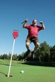 Un homme plus âgé saute sur le terrain de golf Photographie stock libre de droits