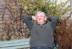 Homme détendant avec des mains derrière la tête. Images stock