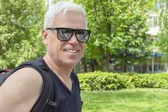 Un homme plus âgé sur une promenade en parc au printemps image stock
