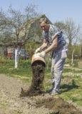 Un homme plus âgé travaille dans une résidence d'été image libre de droits