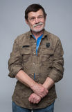 Un homme plus âgé se tenant avec les bras croisés Photos stock