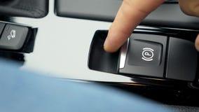 Un homme pousse le bouton de frein à main clips vidéos
