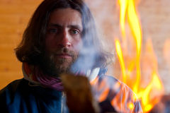 Un homme près d'un incendie Photos libres de droits