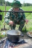 Un homme prépare le loquet de pêche images libres de droits