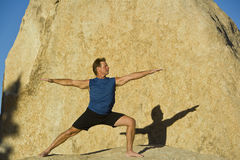 Un homme pratique le yoga. Photos stock