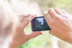 un homme prenant la photo de panorama de la vieille forteresse ruinée Photos libres de droits