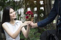 Un homme propose le mariage à une femme de sourire Photos libres de droits