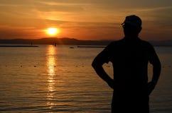 Un homme réfléchit sa vie au lac au Vermont Photo libre de droits